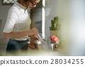 妇女坚持做饭 28034255