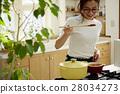 妇女坚持做饭 28034273