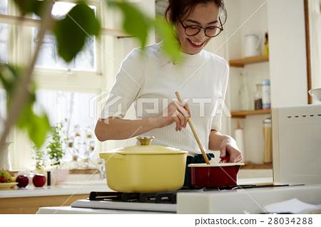 婦女堅持做飯 28034288