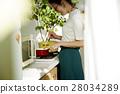 妇女坚持做饭 28034289
