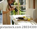 回家烹调盘子的妇女 28034300