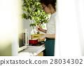 妇女坚持做饭 28034302