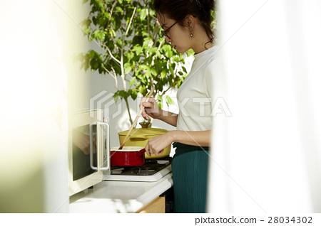 婦女堅持做飯 28034302