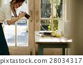 回家烹调盘子的妇女 28034317