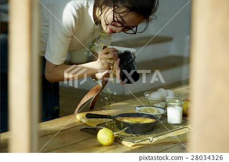 回家烹调盘子的妇女 28034326