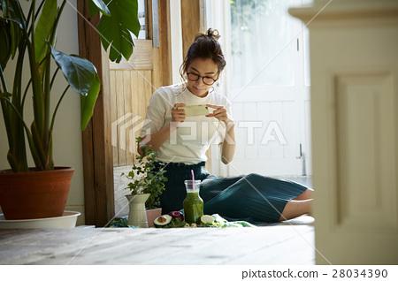 成熟的女人 一個年輕成年女性 女生 28034390