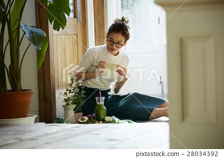 回家烹調盤子的婦女 28034392