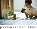 回家烹調盤子的婦女 28034442