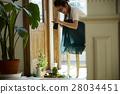 回家烹調盤子的婦女 28034451