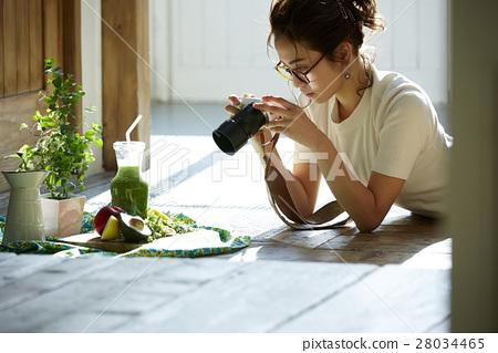 回家烹調盤子的婦女 28034465