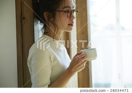 一個女人用一大杯 28034471
