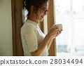 一個女人用一大杯 28034494