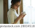 一個女人用一大杯 28034518