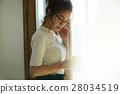 一個女人用一大杯 28034519
