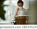 一個女人在一家咖啡館 28034529