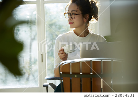 一個女人在一家咖啡館 28034531