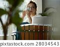 一个女人在一家咖啡馆 28034543