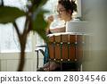 一个女人在一家咖啡馆 28034546