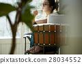 一个女人在一家咖啡馆 28034552