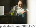 카페에서 보내는 여성 28034577