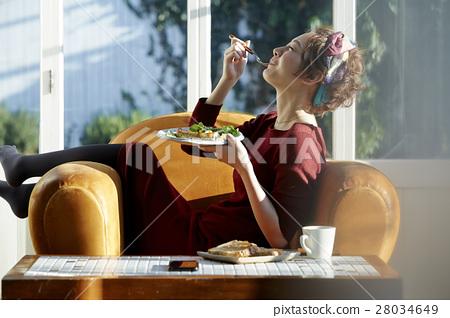 成熟的女人 一個年輕成年女性 女生 28034649