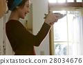 一個女人很高興完成這道菜 28034676