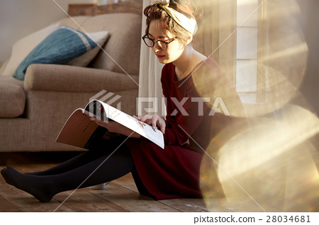 A woman reading 28034681