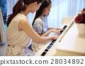 接受钢琴课的女孩 28034892