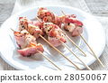 Grilled bacon skewers with chicken meat 28050067