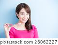beauty woman brush her teeth 28062227