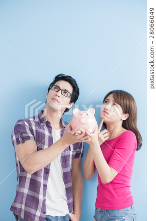 couple hold pink pig bank 28066049