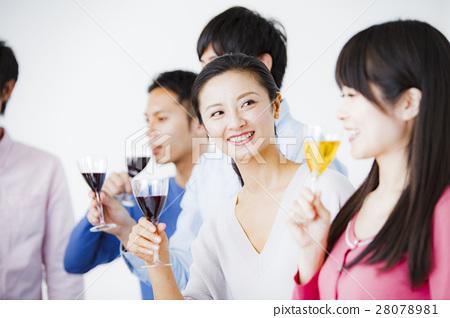 青年飲酒派對形象 28078981