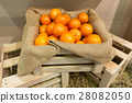 Fresh oranges in a wooden crate 28082050