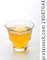 お茶の入ったガラスのコップ 28087044
