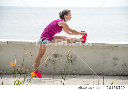 Young woman running 28158590