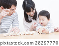 적목 놀이 젊은 가족 가족 사진 세 28297770