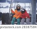 一对夫妇乘坐滑雪胜地电梯 28387584