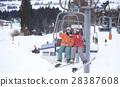 一對夫婦乘坐滑雪勝地電梯 28387608