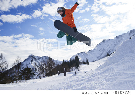 Male snowboarder 28387726