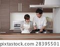 주방에 서서 요리를하는 여성과 남성 28395501