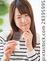 一個二十多歲的女人,她容忍巧克力 28395995
