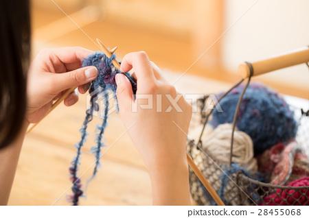 뜨개질을하는 여성 28455068