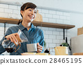 커피를 부어 카페 직원 28465195