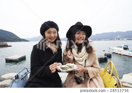 吃宫岛的女性旅行烤牡蛎 28513736