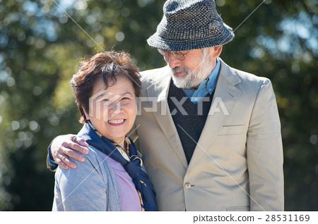 日本高级夫妇带着微笑 28531169