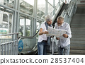 Senior couple traveling around the city 28537404