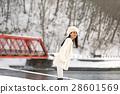 홋카이도의 겨울 눈 내리는 시코 여성 모델 28601569