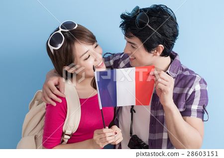 young couple go to travel 28603151