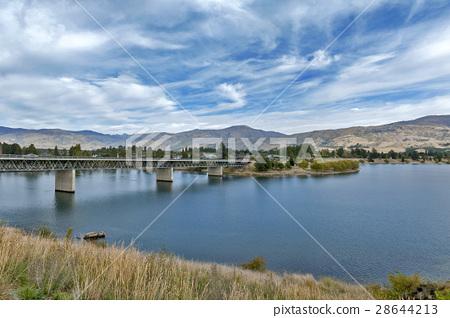 Kawarau River and Lake Duns, Cromwell, New Zealand 28644213