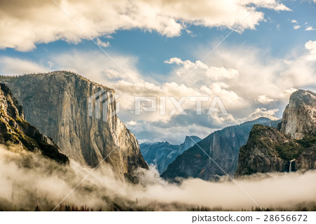 Yosemite Valley at cloudy autumn morning 28656672